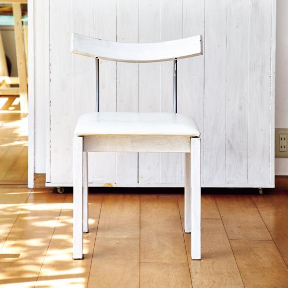 画像: 「駿河意匠」の木の椅子 無垢の木に座面は革張り、アールを描いた背はスチールと、3つの異素材を組み合わせたところが面白い。黒だった座面を白に張り替えてもらい、木部を真っ白に塗装してイメージチェンジ