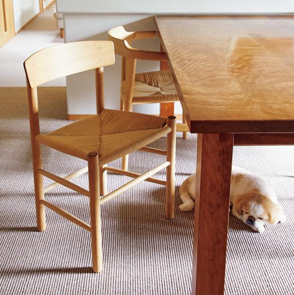 画像: ボーエ・モーエンセンの「J39 チェア」 デンマークの家具デザイナー、ボーエ・モーエンセンがシェーカー家具をモチーフにつくったもの。ペーパーコードの座面は心地よい収まり感で、背もたれの微妙なカーブも体に具合よくなじむ