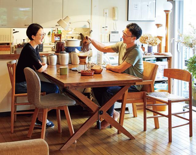 画像: 「パシフィック・ファニチャー・サービス」の「OPERATION B TABLE」 20年以上前に買ったもの。使い込んで飴色のつやが出てきた。天板は、無垢のナラ材の寄せ木。無垢材を利用したリーズナブルな価格が魅力。天板と脚は取り外し可能で、脚を折りたたむこともできる