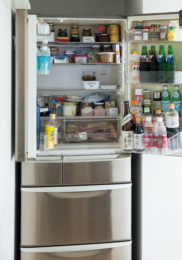 画像: 平岡家の冷蔵庫は、実家から譲り受けたという15年選手。庫内を、工夫しながら使っている。上が冷蔵庫、その下がチルドと製氷室、さらに下が野菜室で最下段が冷凍室