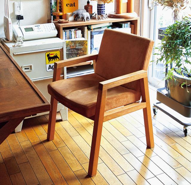 画像: 「トラック」の「TAMO ARM DINING CHAIR」 15~6年前に買ったこの椅子は、当初、グレー生地だったが、座面が抜けて生地も傷んできたので、2年前に同ブランドの「DT SOFA」の生地に張り替えた。手を加えて時を継いでいくのが好き