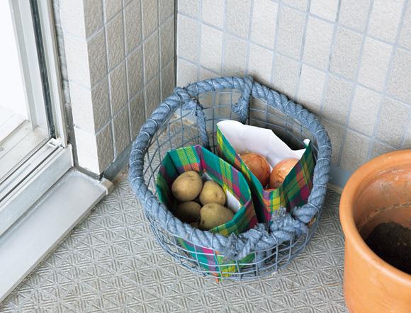 画像: 冷蔵庫の収納力には限りがあるため、直射日光の当たらないベランダの隅や玄関先など、家の中の涼しい場所も有効活用