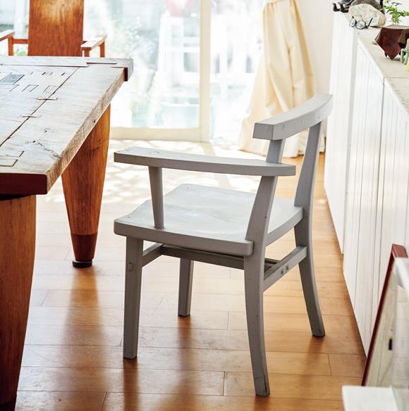 画像: 「打墨工房」のアームチェア 千葉に住んでいたころに近くのギャラリーで手に入れた、「打墨工房」を主宰する山本起生さん作の椅子。無垢の木だったが、白が基調のこの家に引っ越してきて、ご主人がグレーにペイントしてくれた