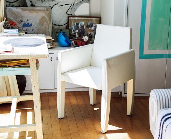 画像: 「アルフレックス」で見つけた母のためのアームチェア 高齢のお母さまのために、体をしっかりホールドし、腕をかけられるように、「アルフレックス」のアームチェアを。晩年は、この椅子に座って食事をすることが、生きる力となってくれた。いまは、お孫さんの勉強机用に