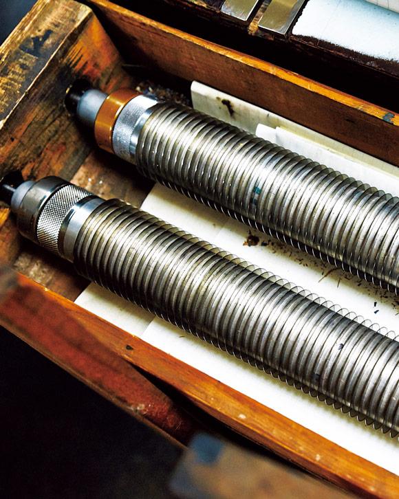 画像: 木箱の中には、過去に組んできた丸ペンが数多く保管されている