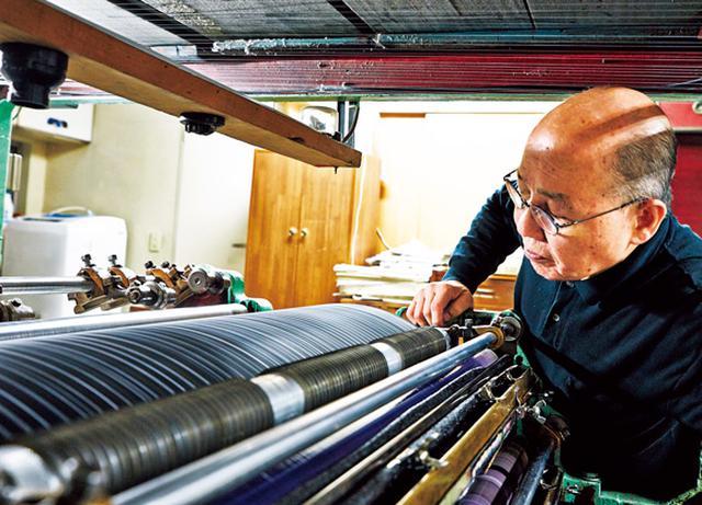 画像: 罫引所の井口社長。作業の合間、機械の状態を入念に点検する