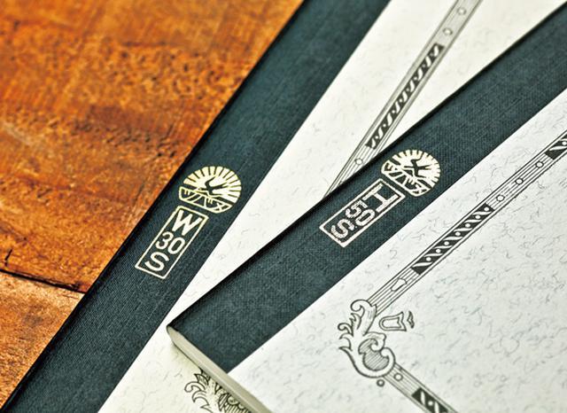 画像: Wは「渡邉」、Hは「初三郎」。創業者の名がノートの背クロス部に