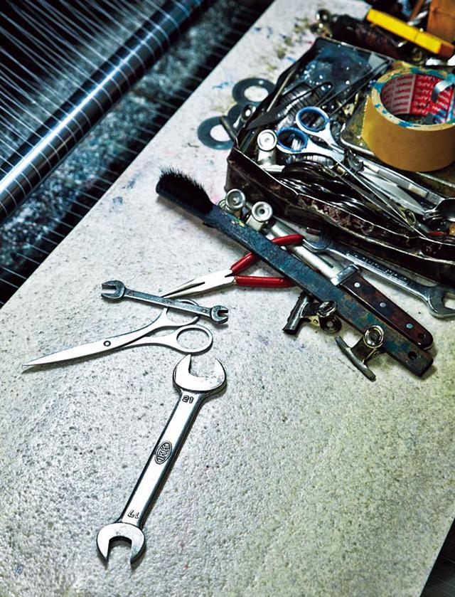 画像: 「機械を扱う職人さんがいないので、全部、自分で修理しています」と井口さん。機械のかたわらにはドライバーなどの工具を常備