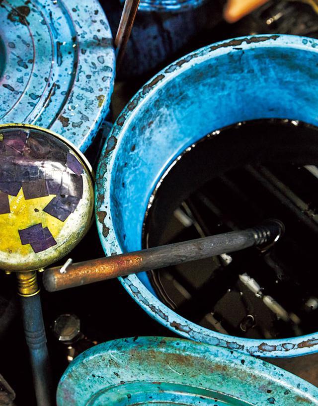 画像: ブルーグレーのインクは、オリジナルの色。インクタンクに設置したフェルトでインクを吸い上げ、丸ペンに付着させる