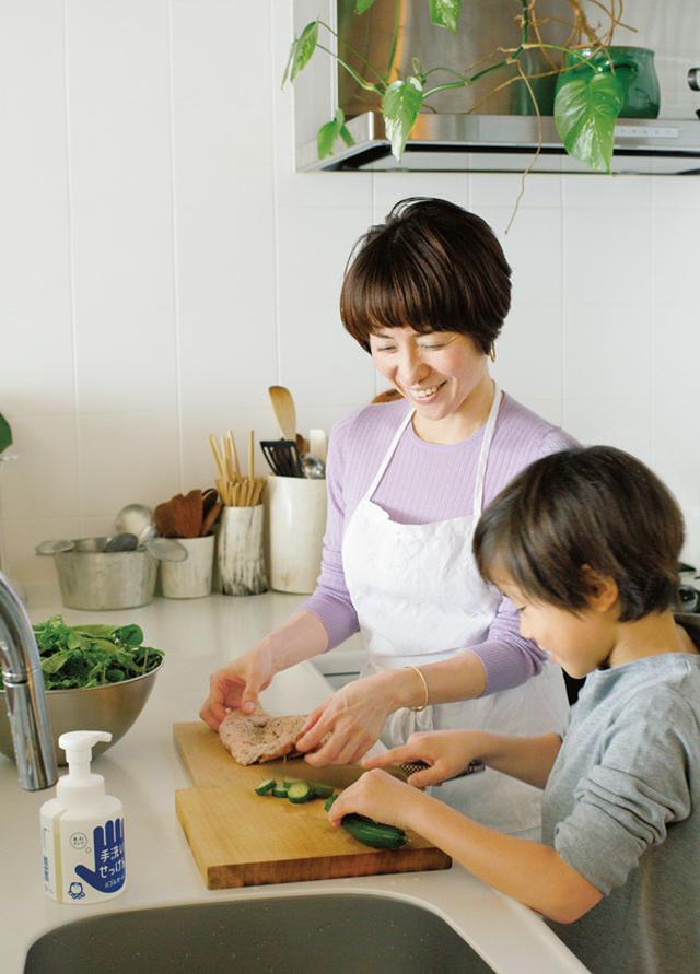 画像: 野口さんは、息子のたおくんが幼いころから一緒に料理をしてきたそう。「カレーや煮ものなど、ひととおり教えました」。安全なおいしい料理をつくるために手洗いも忘れません