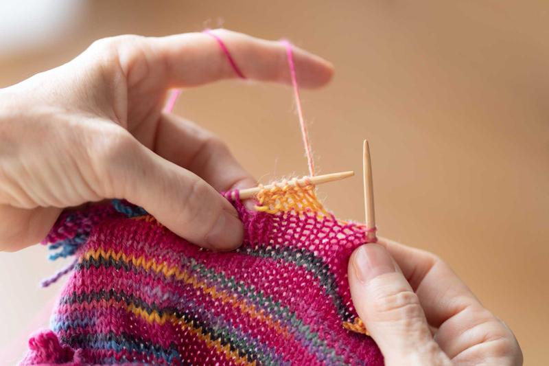 画像2: マルティナさんが実演、「四角 裏編み」のレリーフ