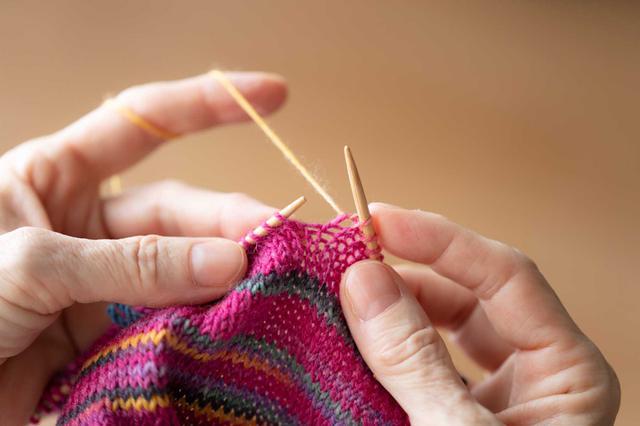 画像1: マルティナさんが実演、「四角 裏編み」のレリーフ