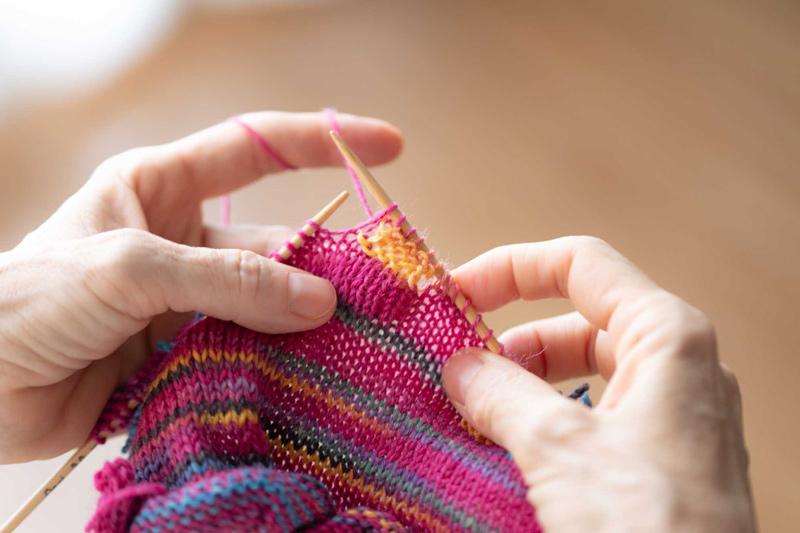 画像3: マルティナさんが実演、「四角 裏編み」のレリーフ
