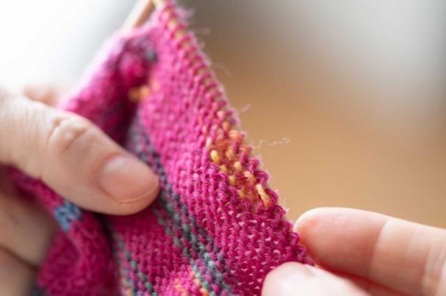画像5: マルティナさんが実演、「四角 裏編み」のレリーフ