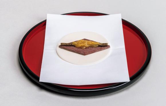 画像: 開いた状態の菱葩(ひしはなびら)。これを半分に折り、上の写真のように本膳の手前に和紙に包んで配膳する