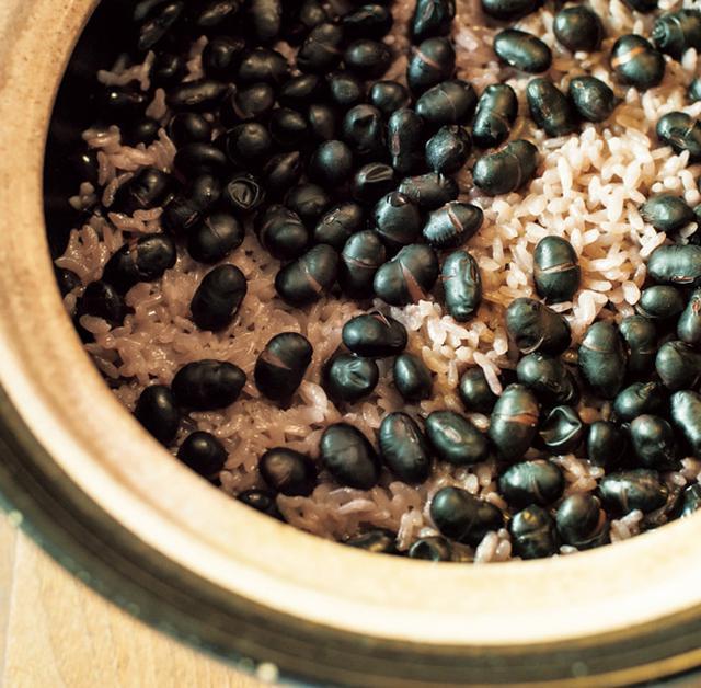 画像: 乾燥黒豆をから焼きして塩としょうゆで炊き込みごはんに。甘味と香りが豊か