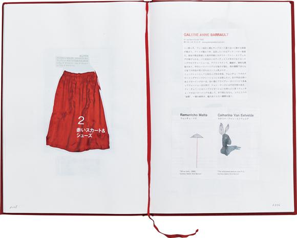 画像: 赤表紙のノートをスクラップ帳に ずいぶん前にパリで買ったという、思い出の赤いノートをスクラップブックに。雑誌のキリヌキなど、心に留まった写真をペタリ