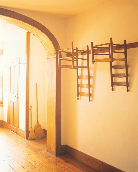 画像: シェーカー教徒の暮らしでは、軽量の椅子は、使わないときは床の掃除がしやすいよう逆さにかけられていた。座面にほこりがつかないという利点も © hiroshi fujikado