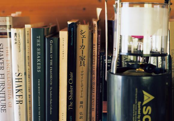 画像: 仕事部屋に並ぶ、シェーカー関連の書籍。「まだまだ途上中。勉強することがたくさんあります」