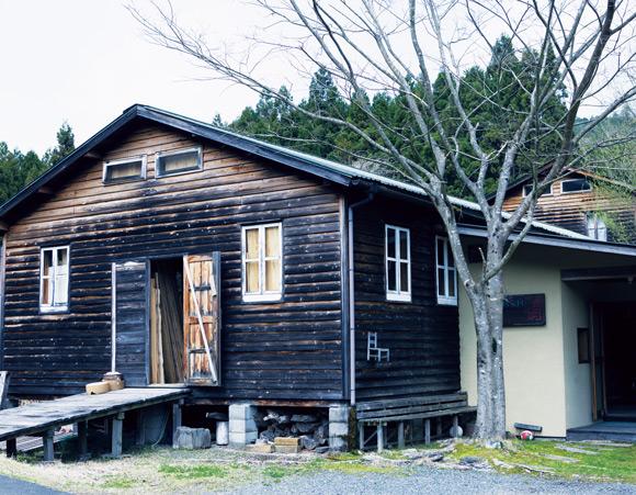 画像: 京都の口丹波と呼ばれる自然豊かな山間部に佇む、宇納さんの工房。30年ほど前に、友人の助けを借りつつ、自力で建てたもの