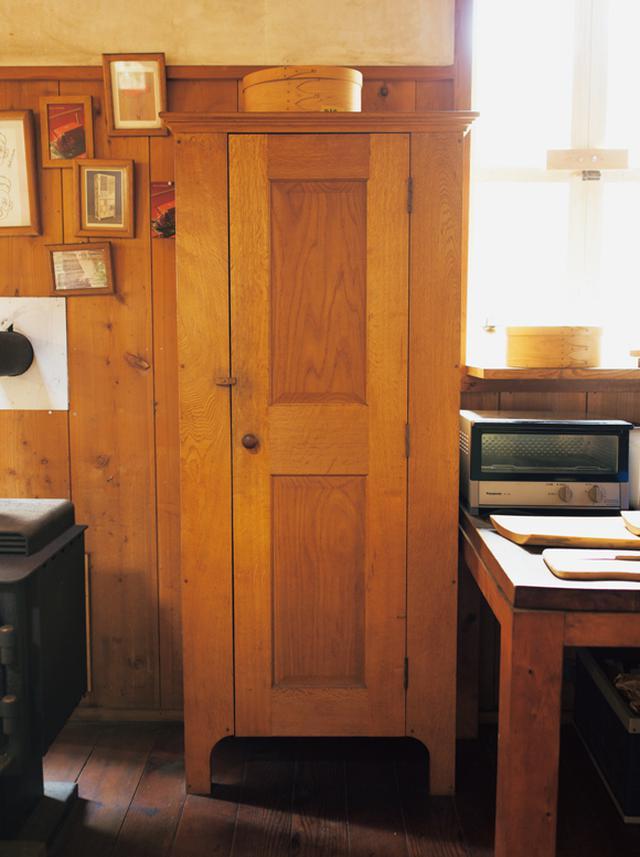 画像: 収納力抜群の、背の高いカップボード。現在、お弟子さんの寮として使っている建物のキッチンで活躍している