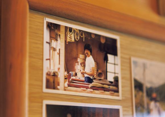 画像: リビングには、多くの写真が飾られていた。なかには、アリスファーム時代の、若き宇納さんの姿も