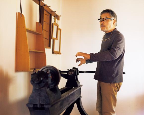 画像: 展示室には、アリスファームから譲り受けた昔の旋盤が鎮座。「丸棒を加工するためのものです。鋳鉄の質感がいいですよね」