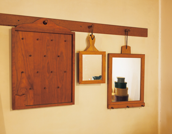 画像: 鏡やキーボックスなどの小物も制作。ペグボードと呼ばれるフック付きの板も、シェーカーらしいアイテムのひとつ