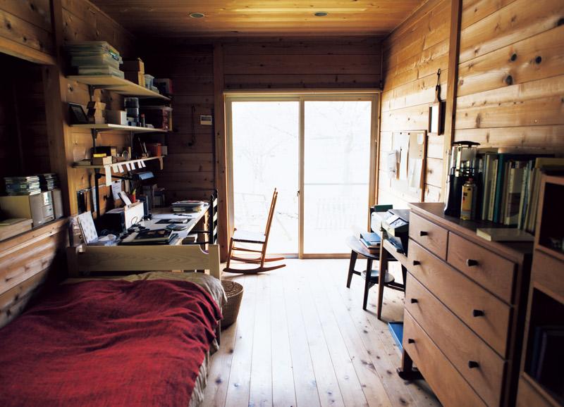 画像: 自作のシェーカー家具に囲まれた、宇納さんの仕事部屋。研究を行う場でもあり、体を休める場でもあるそう。ベッドをはじめ、家具のサイズがコンパクトなので、空間がよりすっきり引き締まって見える