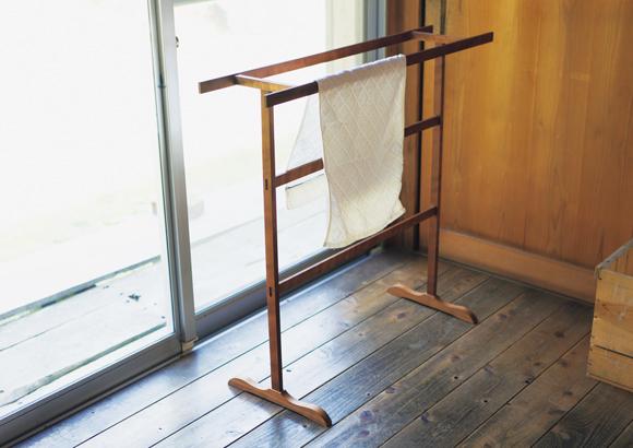 画像: 数本の棒を組み合わせたタオルラックは、まさに道具に徹した実直な佇まい。木の質感に和む