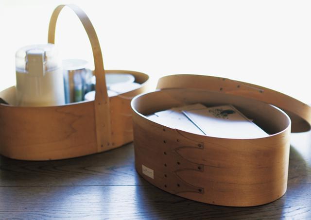 画像: 日常品の収納に使われていたオーバルボックス。宇納家でも、手紙やお茶セットなどに幅広く活用中