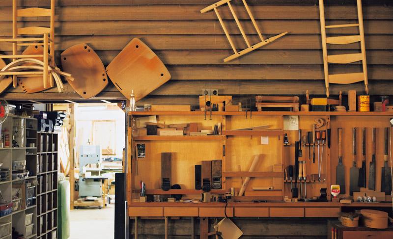 画像: さまざまな道具類があるべき場所に収まった姿は、気持ちのいい風景。工房には若いお弟子さんが入門し、シェーカー家具づくりを学んでいる