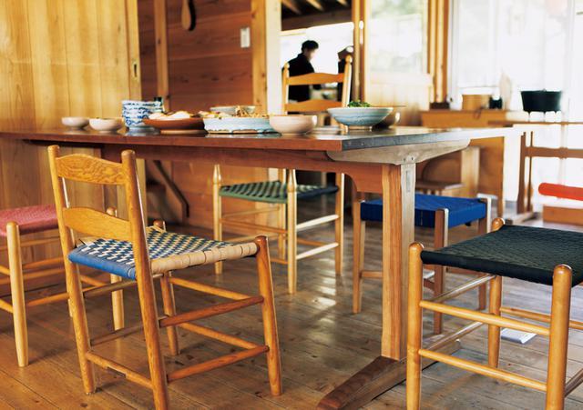 画像: ダイニングテーブルも椅子も、10年以上前のもの。年月を経た飴色の経年変化が、なんとも味わい深い