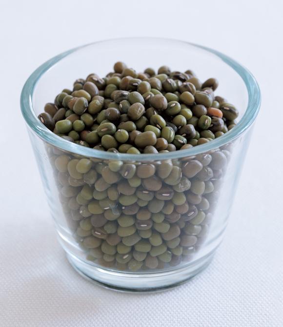 画像: インドにはさまざまな種類の豆(写真はムング豆)があり、大切なタンパク源。プロテインが豊富でベジタリアンにも重宝