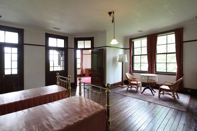 画像: 2面に設けた窓からたっぷり光が差し込む主寝室。実にゆったりとした空間