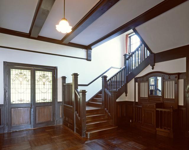 画像: 玄関ホールからプライベート空間である2階へと階段が続いている