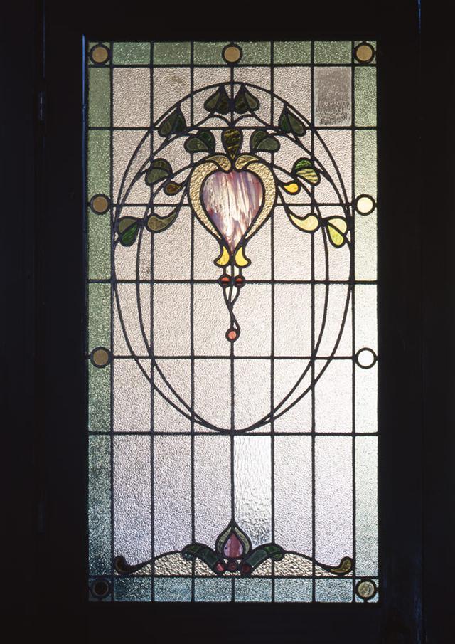 画像: 随所に植物をモチーフにしたステンドグラスが用いられているのも、この建物の魅力
