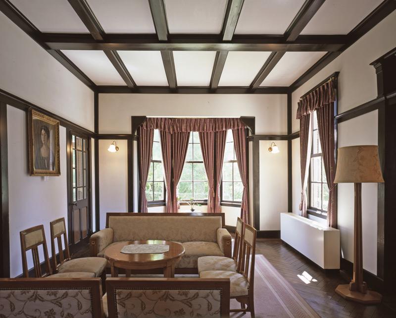 画像: 1階の大客間。照明器具の形状や張り出した出窓など、空間に変化を与える工夫が随所に施されている