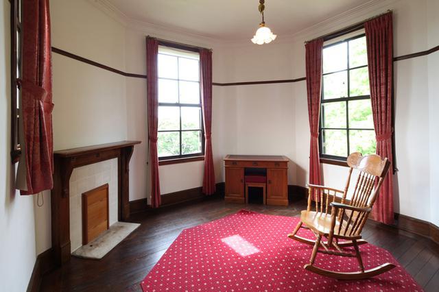 画像: 主寝室の奥にある八角形の部屋。ちなみに塔屋の1階部分はサンルームとして使われていた