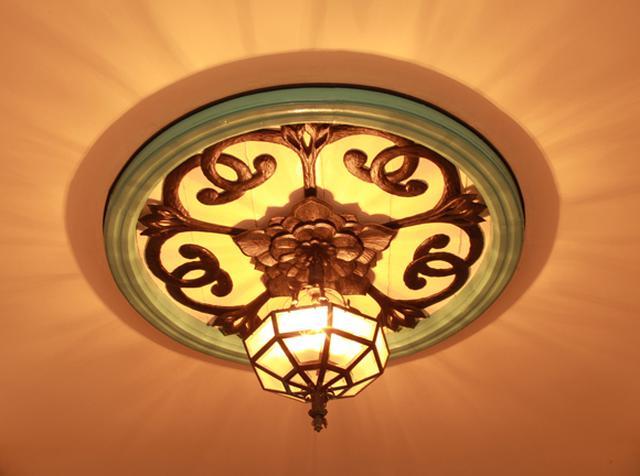 画像: 1階の廊下の天井のメダリオンが目を引くが、それ以外はいたってシンプルな造形となっている