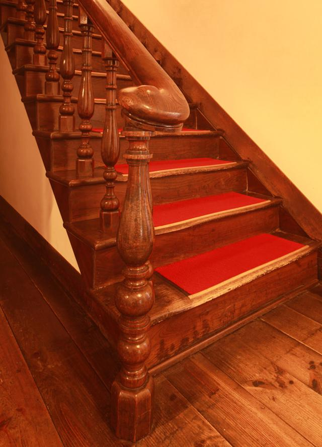 画像: 2階へと上がる階段は、親柱も手摺子も落ち着いた木の風合いが美しい