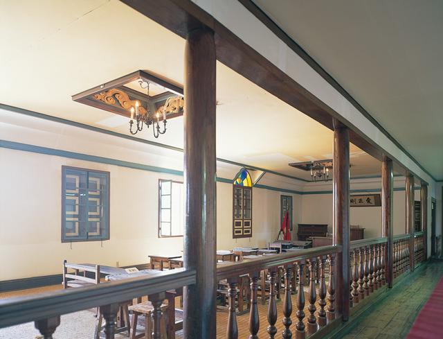 画像: 2階の講堂は廊下からも参観できるオープンな空間になっている