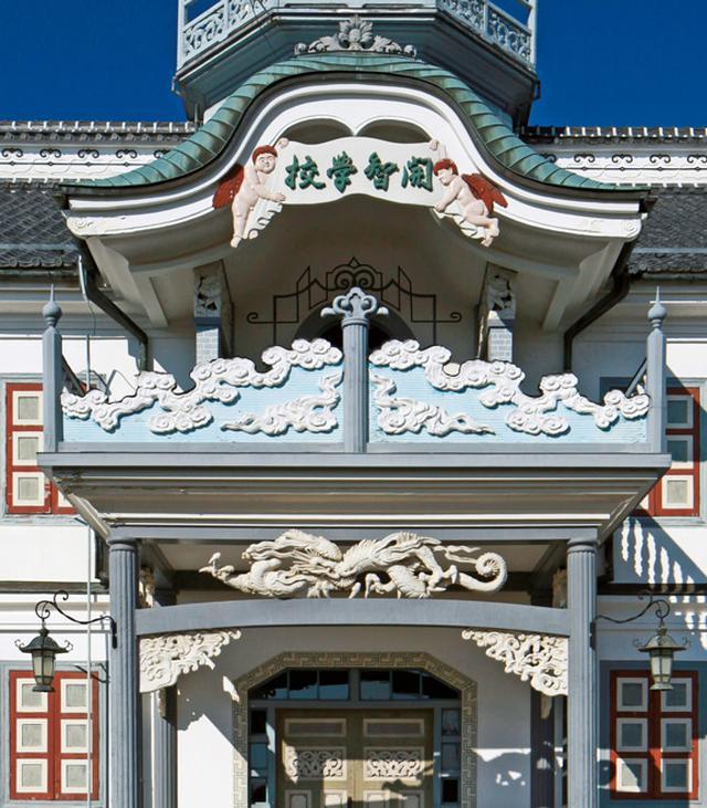 画像: 洋風に見えるが、バルコニーは伝統的な唐破風屋根と龍や天使などの彫刻で飾られ、洋と和が混在した独特の世界観を構成している