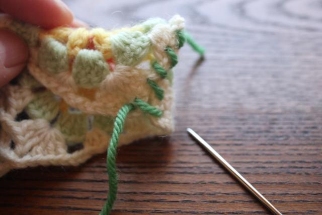 画像: 中表にして、生成の毛糸1本取りで、巻きとじをする(写真はわかりやすいように毛糸の色を変えています)