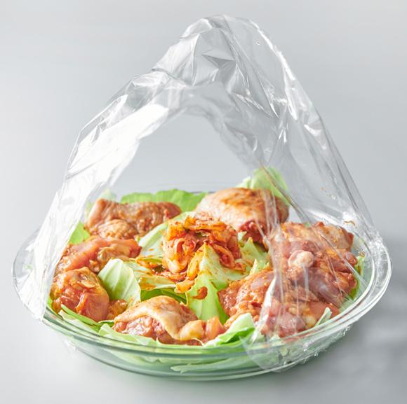 画像: 電子レンジは真ん中に熱が当たりにくいので、鶏肉は耐熱皿の中央をあけてドーナツ状に並べると、加熱ムラが防げ、均一に火がとおる