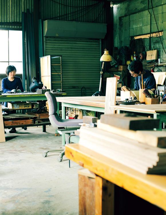 画像: 木材を削って組み立てたり、金属で脚やパーツをつくったり。どちらが担当するかは決まっていない。作業中は、それぞれが黙々と過ごす