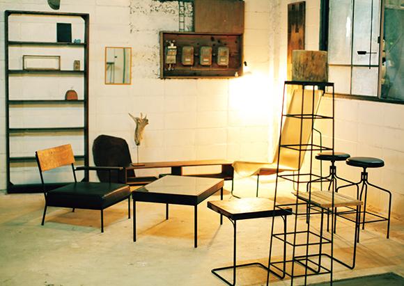 画像: ショールームには、いままで手がけた家具を展示している。細い脚でシャープなシルエットが特徴