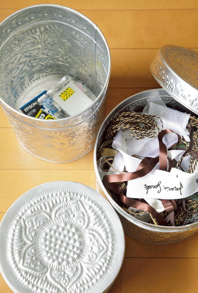 画像: ブリキの筒形ボックスは撮影小物や使用済みインクカートリッジ入れ