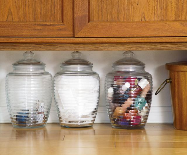 画像: ガラス容器に入っているのは、マニキュアや化粧用コットン