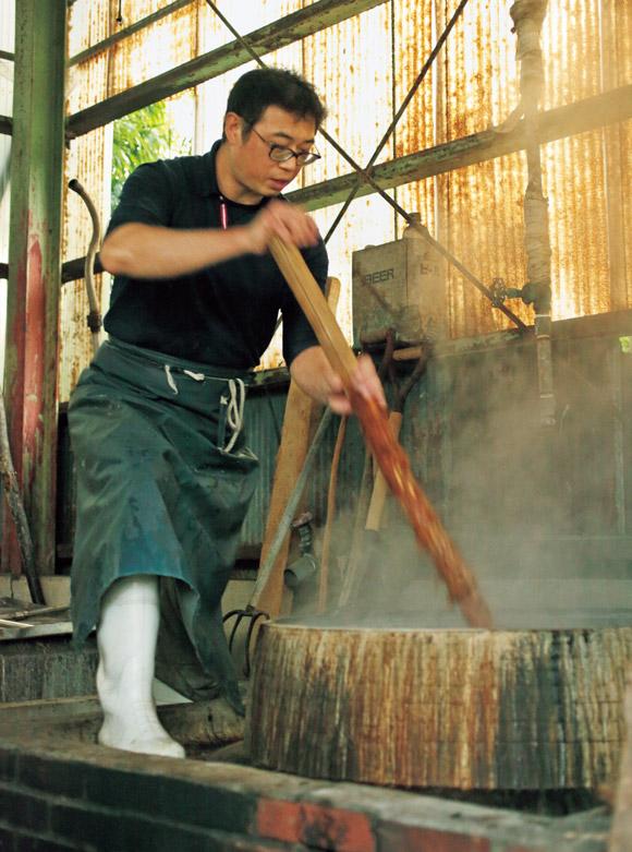 画像: 原料の楮にアルカリ性の薬品を入れて大きな釜で煮たあと、ひと晩蒸す。蒸気と薪で煮ることで楮を扱いやすくなるという